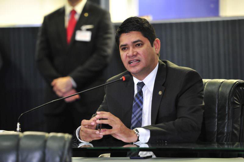 Bi Garcia e defensores públicos trocam acusações após morte de paciente em hospital de Parintins