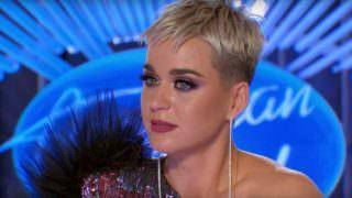 Katy Perry cai e mostra partes íntimas no American Idol