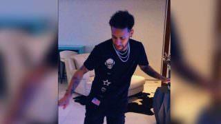 Neymar dança com uma perna só na festa da irmã