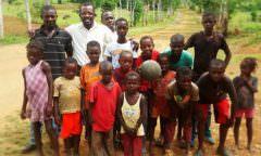 Haitiano vende livro no Brasil para ajudar na construção de casas no Haiti