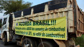 Greve dos caminhoneiros: 4º dia de protesto causa reflexos no país