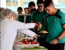 Em propaganda, Seduc aparece servindo 'banquete' na merenda
