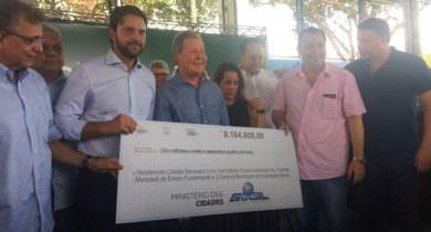 Prefeito assina acordo para regularização de 5 mil moradias, em Manaus
