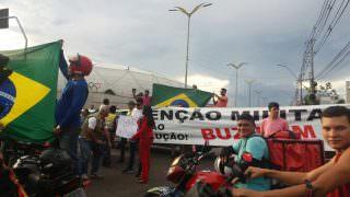 Manifestantes bloqueiam Avenida Constantino Nery, em Manaus