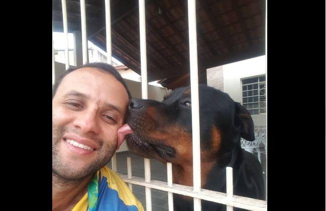 Carteiro faz sucesso nas redes com selfies que mostram sua amizade com cachorros