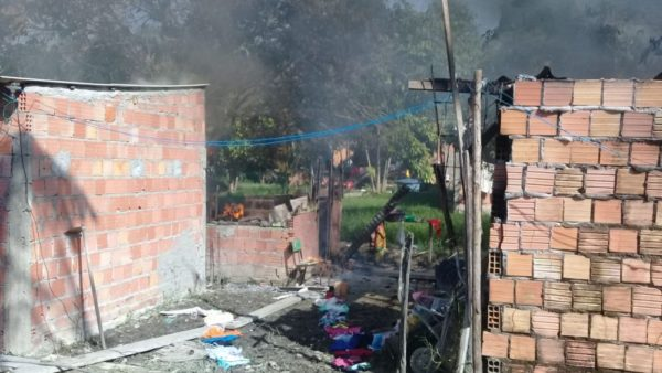 Incêndio destrói casas em invasão na zona Norte de Manaus