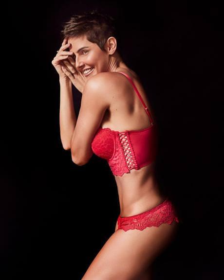 16bd2b1f8 Deborah Secco exibe corpão com lingerie sensual vermelha