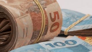 Doar dinheiro traz felicidade, mas não qualquer tipo de doação, diz pesquisadora