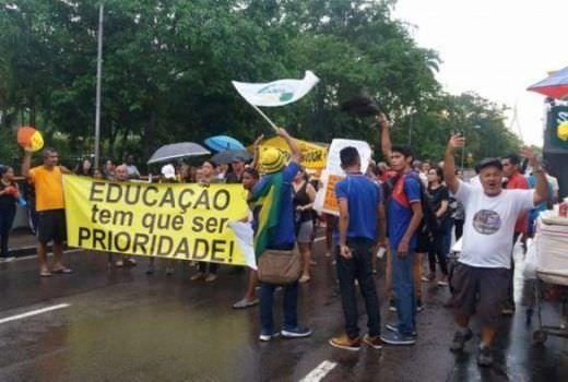 Manifestação dos professores marca uma semana de greve no AM