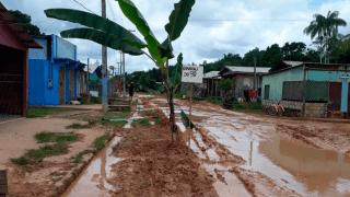 'Todas as ruas de Envira estão tomadas pela lama', denuncia morador
