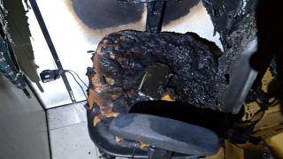 Celular esquecido conectado à tomada provoca incêndio em sala de prédio