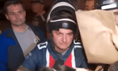 Bolsonaro leva multa após andar de moto em Guarujá