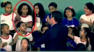 Bolsonaro recebe no Planalto menina de vídeo que viralizou