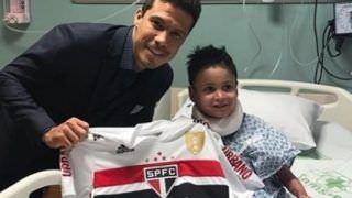 Hernanes dá camisa do SPFC da final para menino portador de doença rara