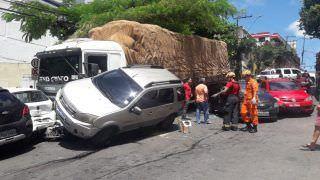 Colisão entre carreta e 8 veículos deixa trânsito congestionado em Manaus