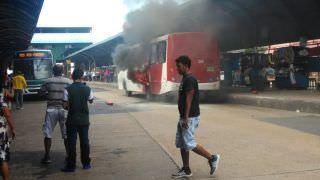 Vídeos mostram momento que ônibus pega fogo no Terminal 1
