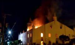 Incêndio destrói igreja construída em 1927 e imagem de Jesus Cristo fica intacta