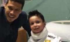 Hernanes dá camisa usada na final para menino portador de doença rara