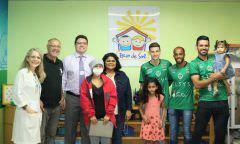 Manaus Futebol Clube doa alimentos para pacientes do Hemoam