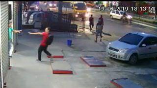 Policial aposentado é morto a tiros por assaltantes em loja de Manaus