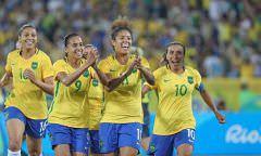 Atletas da seleção são recebidas com festa na chegada: 'Nunca vi assim'