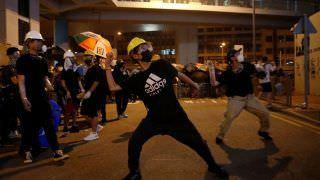 Ataque violento contra manifestantes gera revolta em Hong Kong