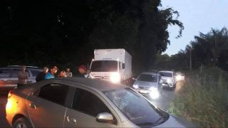 Taxistas e caminhoneiros bloqueiam estrada AM-010 pela 2ª vez no mês