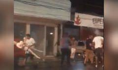 Homens brigam por causa de boneca inflável na frente de cabaré; Veja vídeo