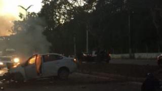 Motorista é retirado de carro em chamas na avenida do Turismo