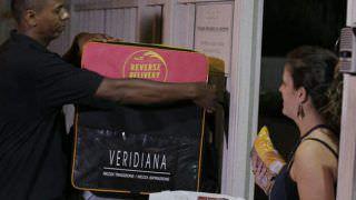 'Delivery Reverso' busca comida na sua casa e entrega para quem precisa