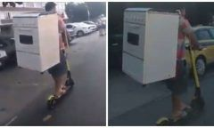 De patinete, homem transporta fogão nas costas e viraliza na web