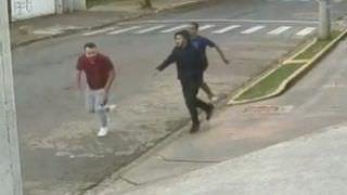 Vídeo flagra jovem gay sendo perseguido e agredido enquanto ia trabalhar