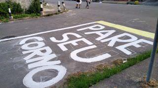 Moradores pintam 'Pare seu corno' em rua para chamar atenção de motoristas