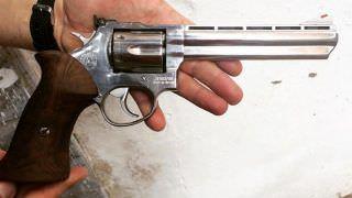 Irmãos de 8 e 13 anos são pegos com revólver do pai em estação do metrô