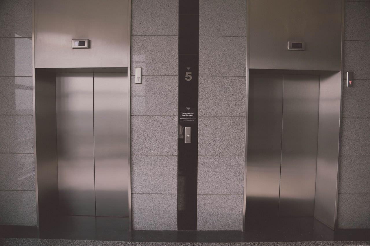 PL quer liberar uso de elevadores sociais para trabalhadores em Manaus