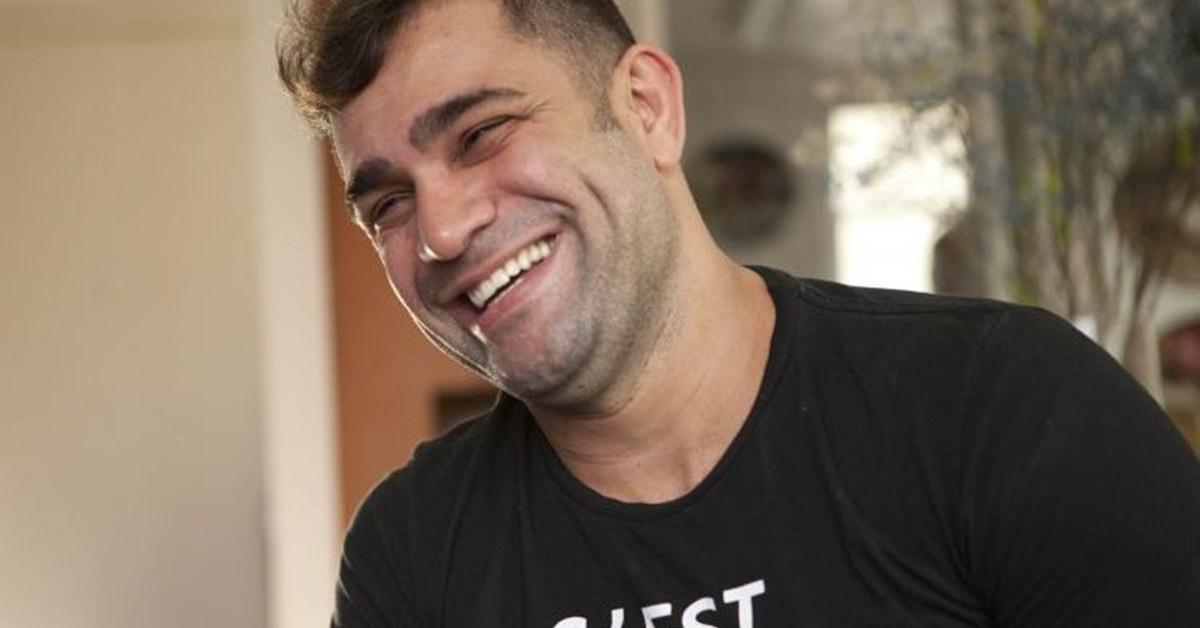 Humorista Evandro Santo pede indenização de R$ 60 mil de agressor
