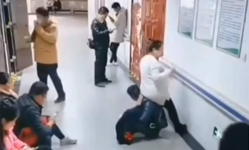 Homem se torna 'cadeira humana' para ajudar esposa grávida