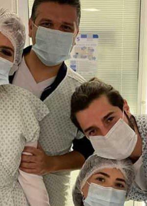 Alok e Romana convidam médicos responsáveis pelo parto de Raika para serem padrinhos dela