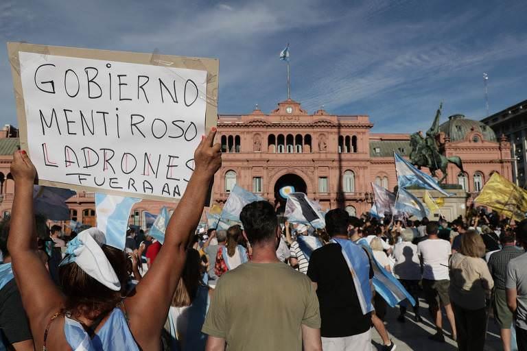 Argentina tem protestos após familiares e aliados do governo furarem fila de vacina