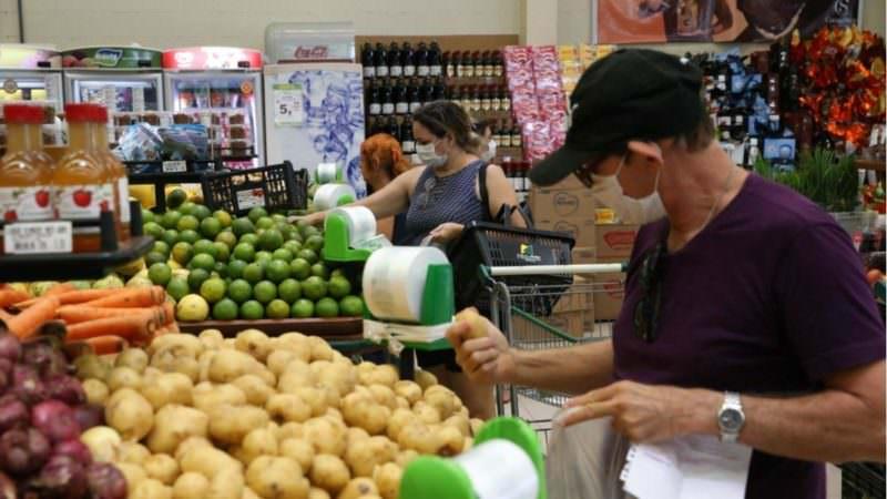 'Ir ao supermercado com R$ 200, hoje, não é garantia de fartura na mesa', diz autônoma