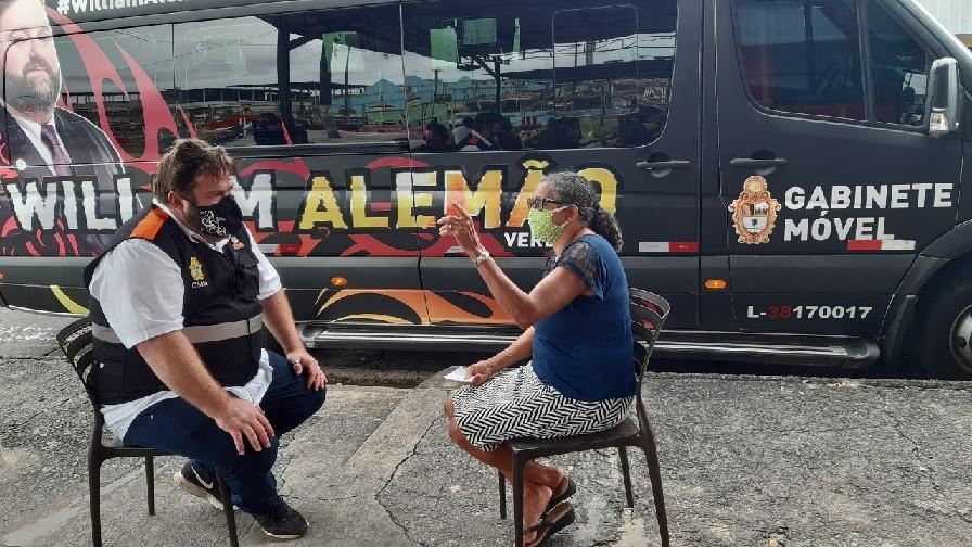 Em van estilizada, vereador Alemão leva gabinete às ruas de Manaus