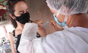 AM já aplicou 376.722 doses de vacina contra covid-19 até este domingo