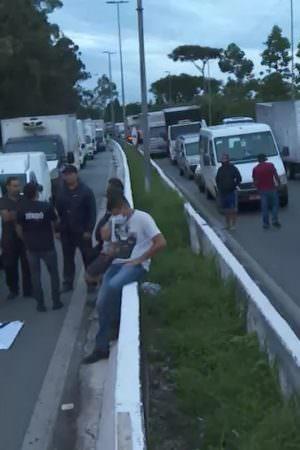 Caminhoneiros realizam protesto e interditam Marginal Tietê em SP