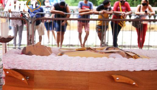 O velório do Arcebispo de Manaus, Dom Sérgio Castriani, está sendo realizado em frente à Catedral de Manaus, localizada no Centro da cidade. A celebração de corpo presente será às 17 horas, na Catedral, sem público, mas todos poderão acompanhar por meio de transmissão da TV Encontro das Águas, da Rádio Rio Mar e da Rádio Castanho.Foto : Márcio Silva/ Portal AM1