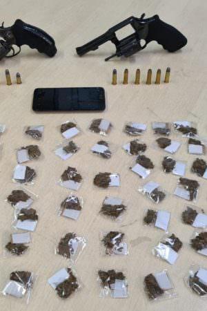 Jovem é preso por porte ilegal de arma e tráfico de drogas no bairro Compensa