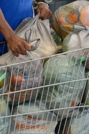 Distribuição gratuita de sacolas plásticas poderá ser proibida em Manaus