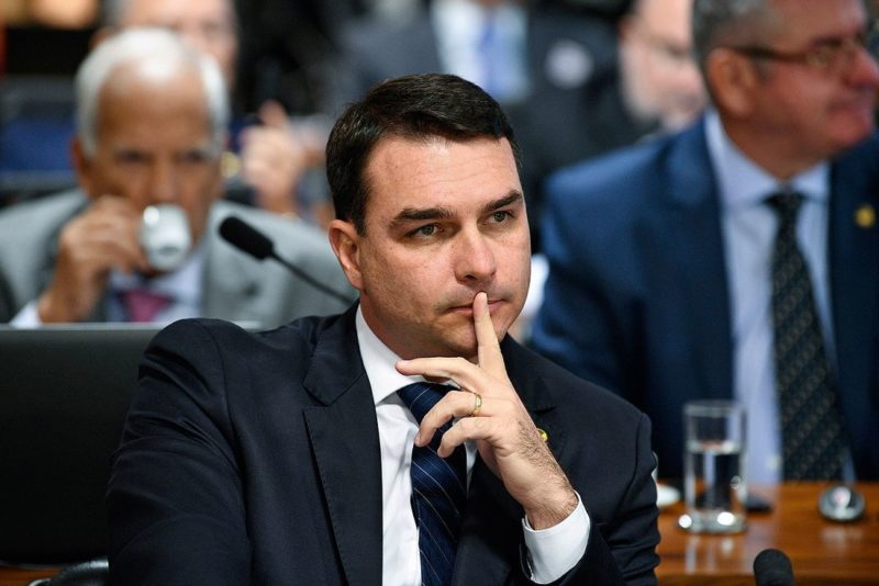 Flávio Bolsonaro diz que mansão de R$ 6 milhões foi comprada com venda de imóvel no Rio