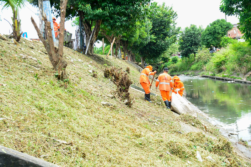 Em Manaus, ações de limpeza nos rios e igarapés são intensificadas