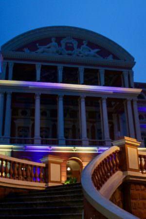 Em Manaus, iluminação em teatro chama atenção para o Dia da Síndrome de Down