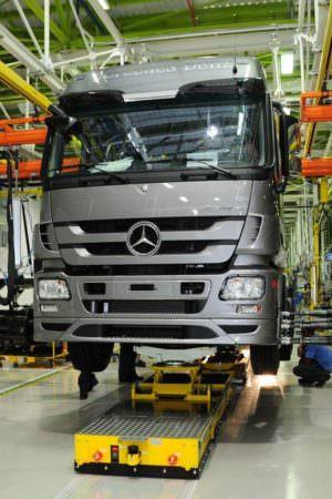 Mercedes-Benz paralisa produção de veículos após avanço da covid-19 no Brasil